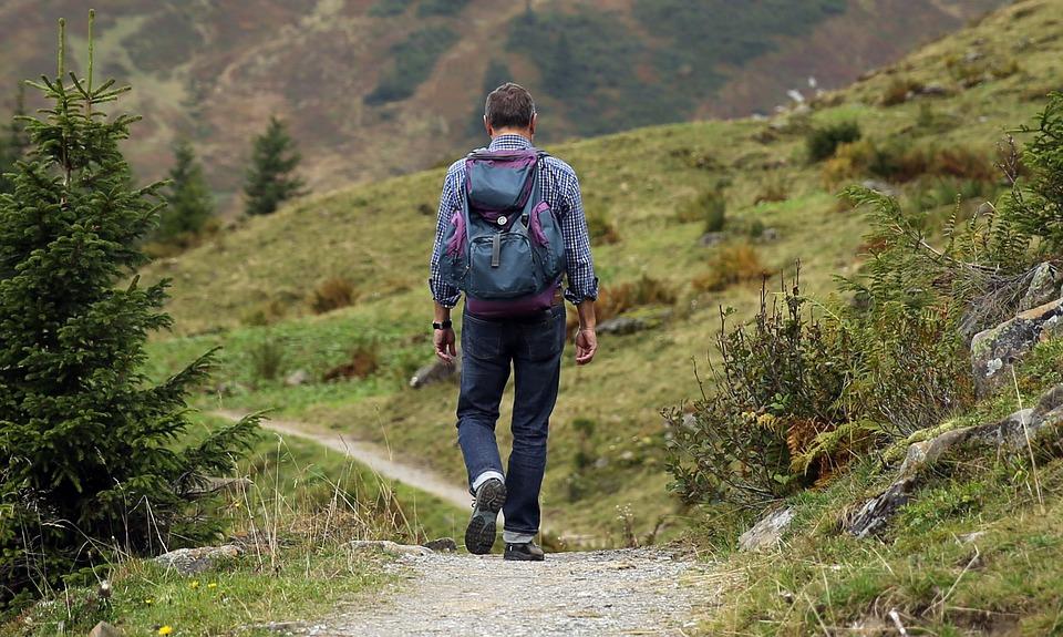 mand på hike