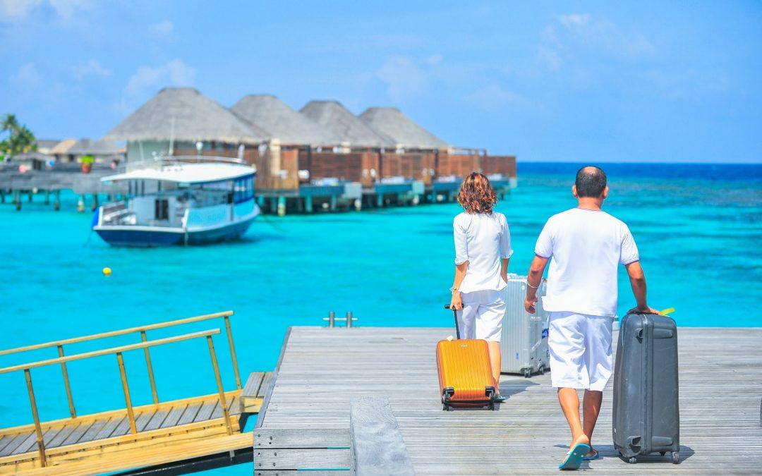 mand og dame med kuffert